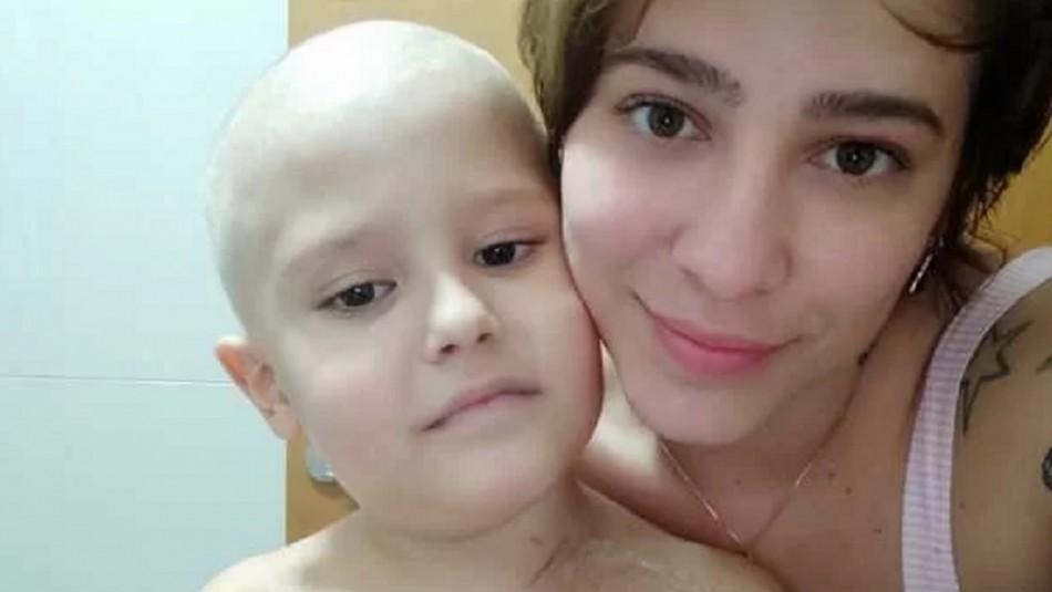 Conmueve las redes sociales: Niño con leucemia da aliento a su madre mientras le corta el pelo
