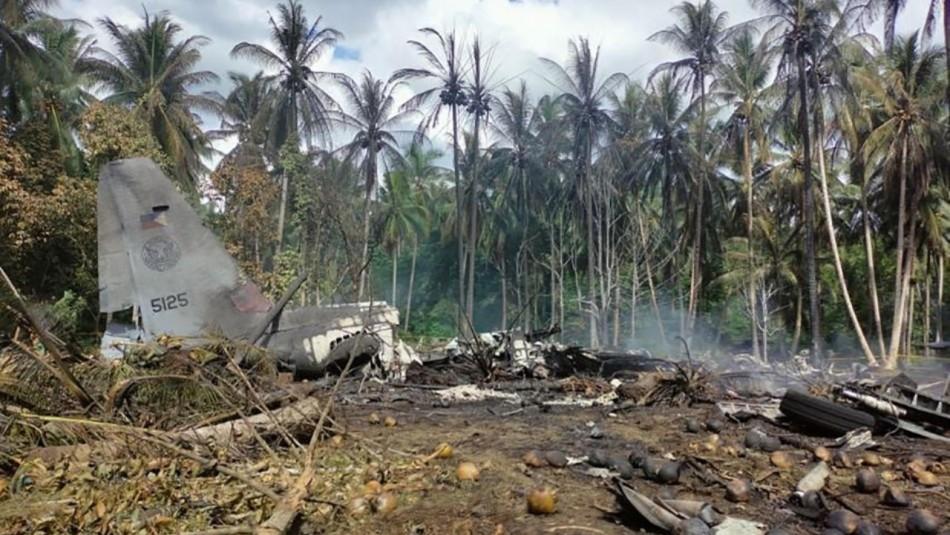 Víctimas por accidente de avión militar en Filipinas sube a 50