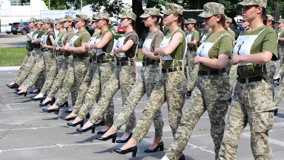 Polémica en el ejército de Ucrania: Le exigen a mujeres soldados desfilar con tacones