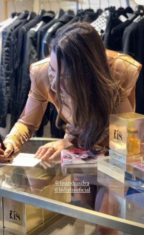 Lisandra Silva firmando autógrafos vendiendo su perfume