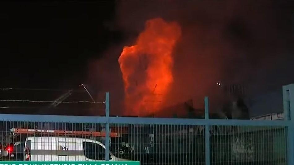 Una fuerte explosión se vivió en medio de un incendio en La Granja: Hay bomberos lesionados