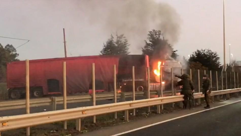 Camión es incendiado en Región de La Araucanía: Grupo de encapuchados le prendió fuego