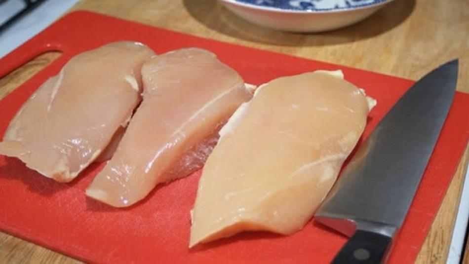 Expertos explican por qué se debe evitar lavar el pollo antes de cocinarlo