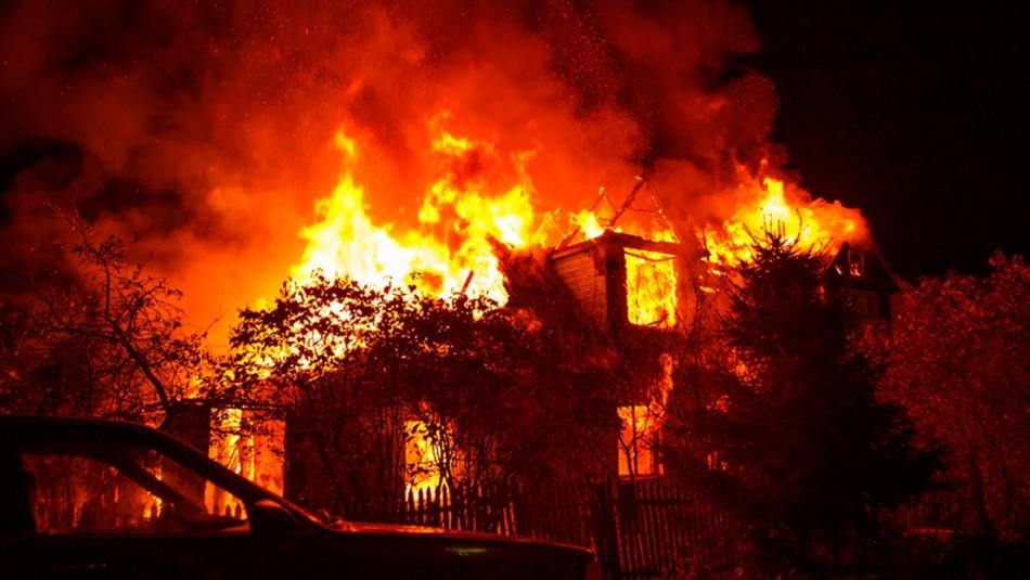 Mujer incendia su casa con su esposo adentro para darle una lección: estaba harta del desorden