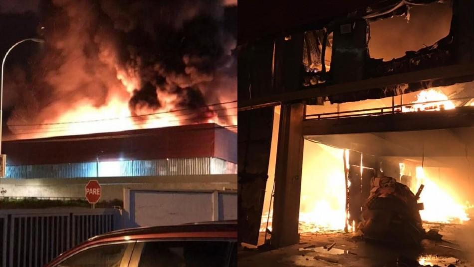 Violento incendio en fábrica de colchones de Coquimbo: residentes del sector son evacuados
