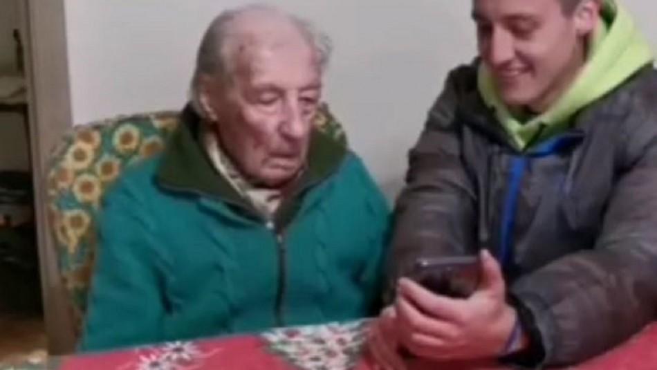 Anciano de 100 años se emociona con gesto que recibió de Messi: