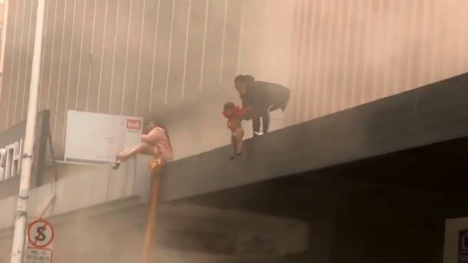 Mujer lanza a su hija de dos años para salvarla de incendio en medio de protestas en Sudáfrica