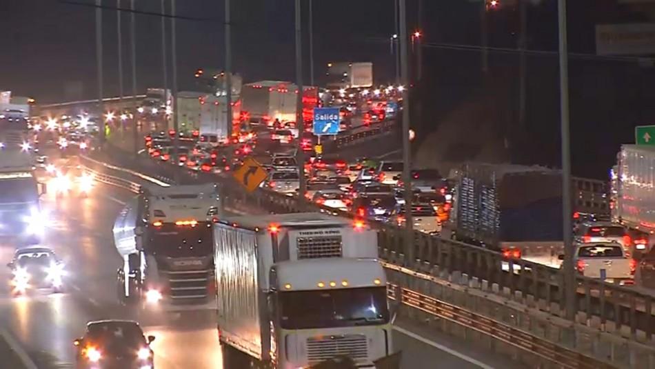 Fin de semana largo: Alta congestión en rutas que salen de Santiago y en terminales de buses
