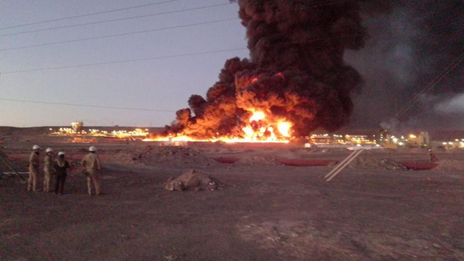Gran incendio afecta a planta de SQM en Pozo Almonte: habría materiales peligrosos en el lugar