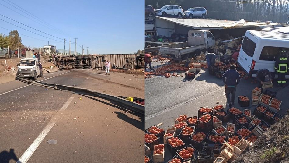 Camión vuelca en accidente múltiple en Ruta 5 Sur y deja al menos cuatro lesionados