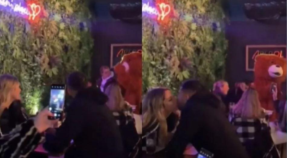 Maripán y Constanza Ríos besándose.