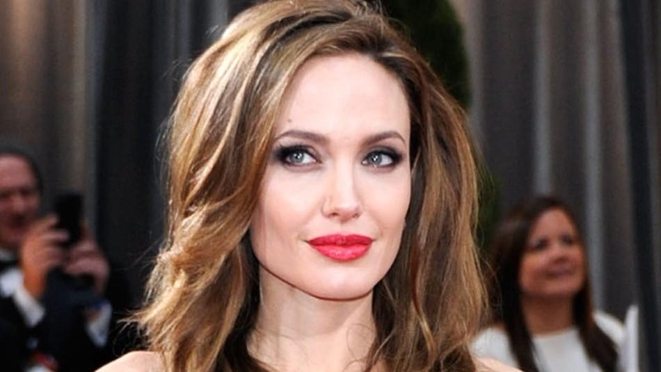 Angelina Jolie sorprende con un atrevido escote en un vestido casual al graduar a apicultoras
