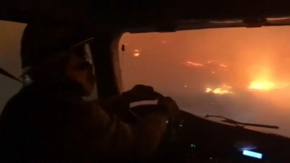 Impresionante video capta a bomberos avanzando entre las brasas de un violento incendio en EEEUU