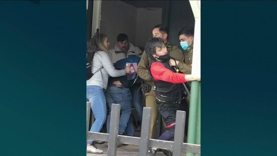 Tres sujetos protagonizaron riña afuera de comisaría en El Quisco: Uno de ellos era carabinero
