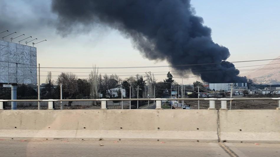 Gran incendio afecta a bodegas en la comuna de Colina