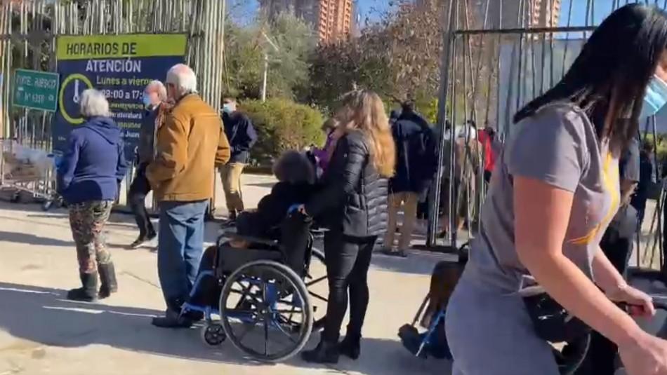 Largas filas en vacunatorios: adultos mayores, muchos en silla de ruedas, pasan horas esperando en Las Condes