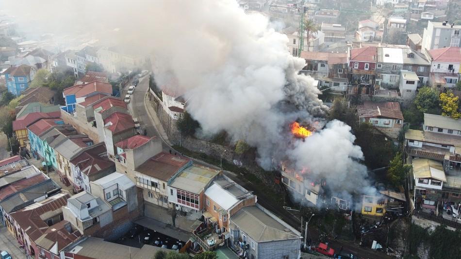 Violento incendio afectó al menos 5 viviendas en el cerro San Juan de Dios de Valparaíso