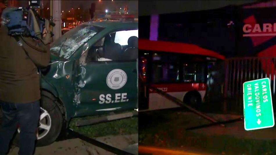 Bus del Transantiago choca con vehículo de Gendarmería e impacta de frente contra una ferretería