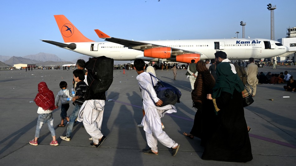 Denuncian que talibanes impiden acceso al aeropuerto de Kabul de afganos que quieren salir del país