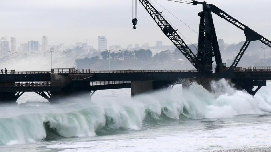 Siguen las fuertes marejadas en Viña del Mar: Gente se acerca para tomarse fotos
