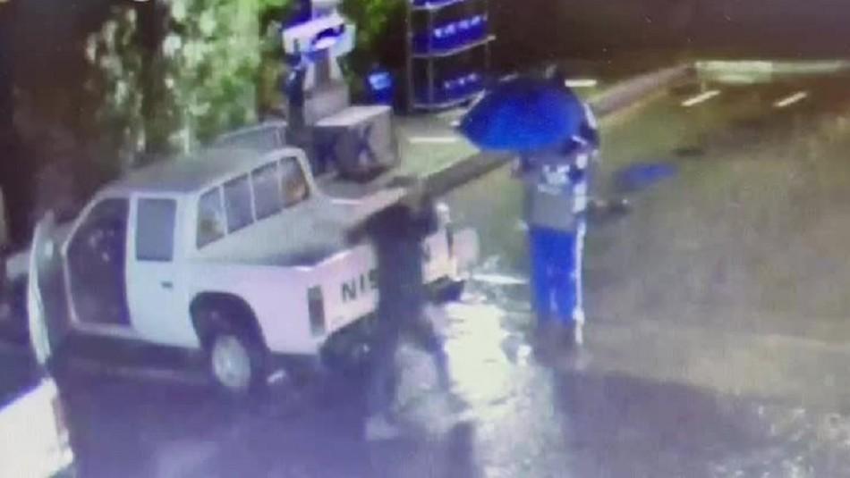 Video muestra momento en que un cliente saca un hacha y le corta los dedos a trabajador de servicentro