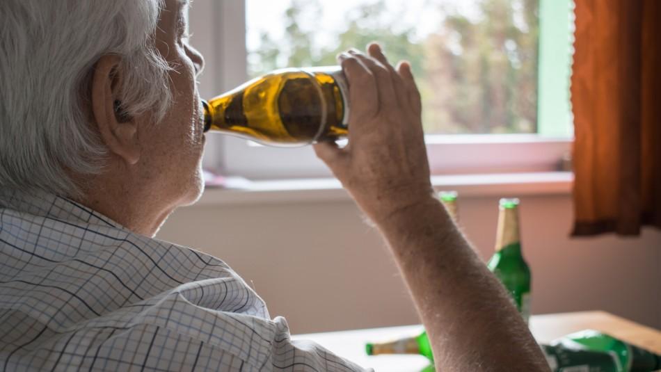 Más de la mitad de los chilenos mayores de 60 años que beben reconoce emborracharse una vez al mes