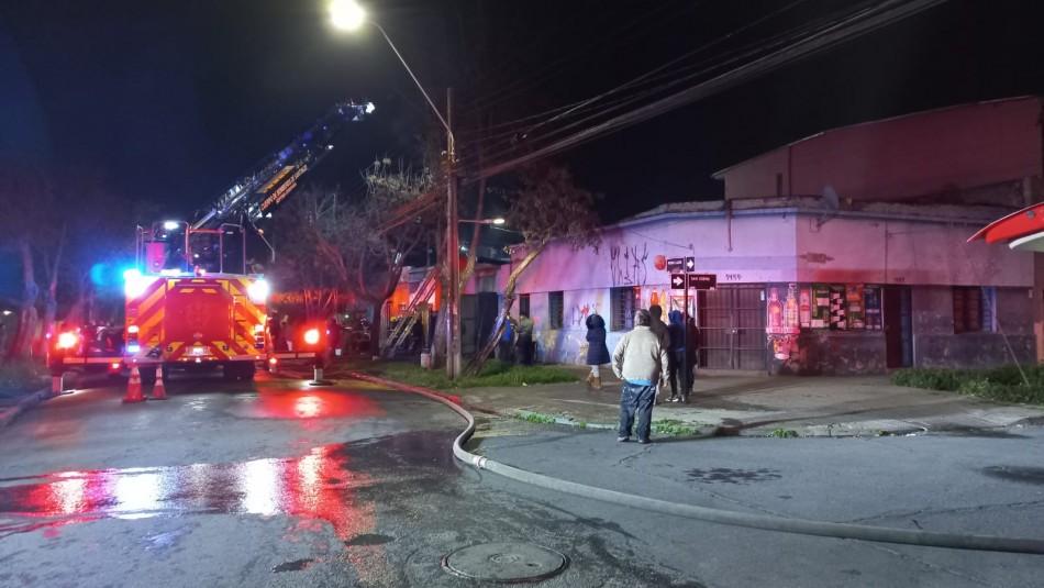 Acumulación de objetos y productos químicos habrían originado incendio en la comuna de Santiago