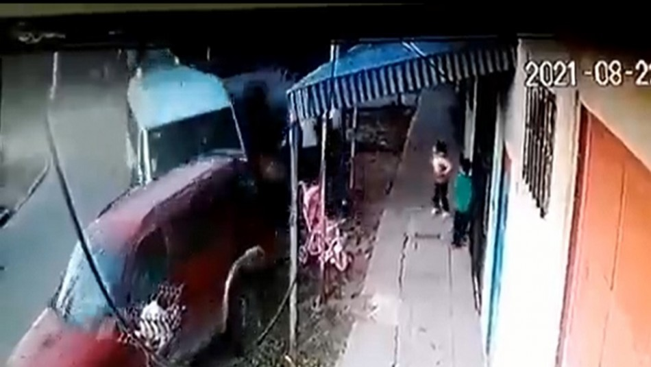 Familia se salva de un conductor ebrio que pierde el control y arrasa con todo a su paso