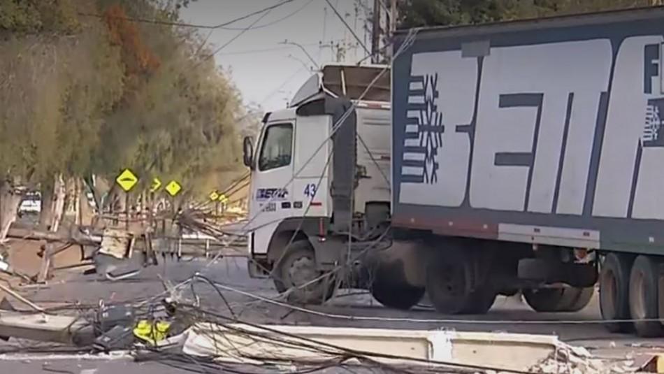 Camión derribó seis postes en Pudahuel y dejó sin luz a miles de vecinos de la comuna