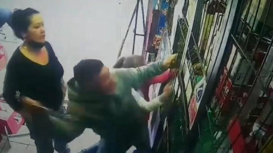 Video muestra brutal agresión con machete a un botillero por solicitar carnet de identidad para vender alcohol