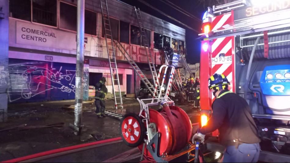 Incendio en Recoleta afecta tres locales comerciales: Hay un bombero herido tras sufrir caída de altura