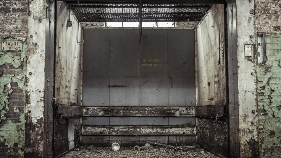 Impactante hallazgo de esqueleto dentro de un ascensor que llevaba 24 años fuera de servicio en un hospital