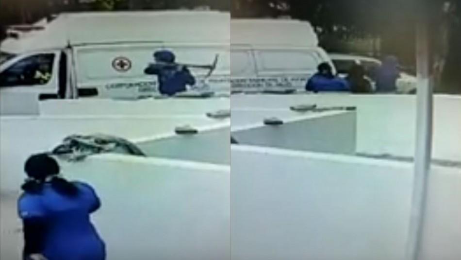 Video registra a sujeto amenazando a funcionario de la salud con una picota y dañando ambulancia