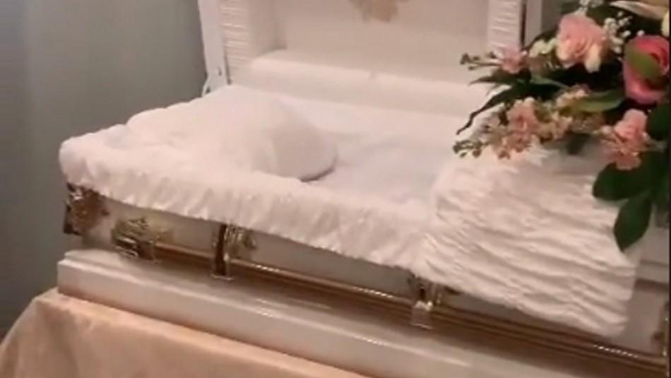 Madre saca a su hija muerta del ataúd para cargarla y cantarle el cumpleaños: El video se viralizó en TikTok