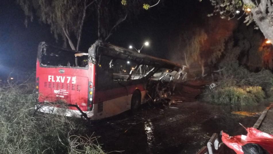 Desconocidos instalan barricada frente a un bus y lo queman: Conductor salió ileso
