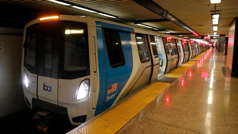 Mujer falleció al ser arrastrada por un tren: Quedó atorada en las puertas con la correa de su mascota