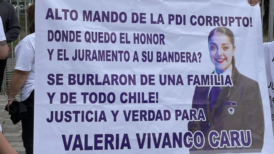 Parada Militar: Familia de fallecida PDI Valeria Vivanco protestó en el exterior del Parque O'Higgins