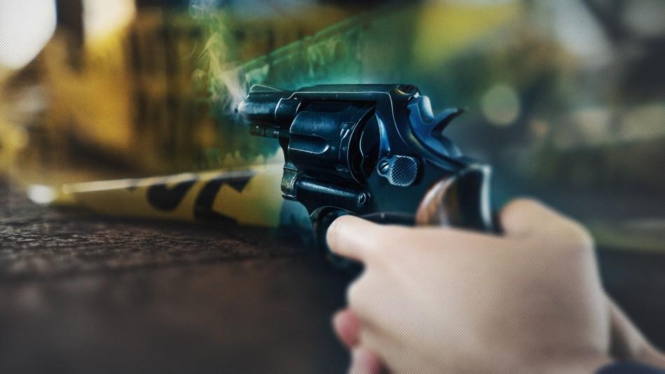 Mujer toma un revólver para sacarse una foto y termina matando a un amigo de un balazo en la cabeza en plena fiesta