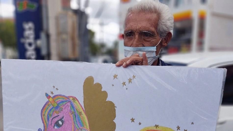 La dramática historia de adulto mayor que vende en la calle los dibujos de sus nietas para poder comprarles comida