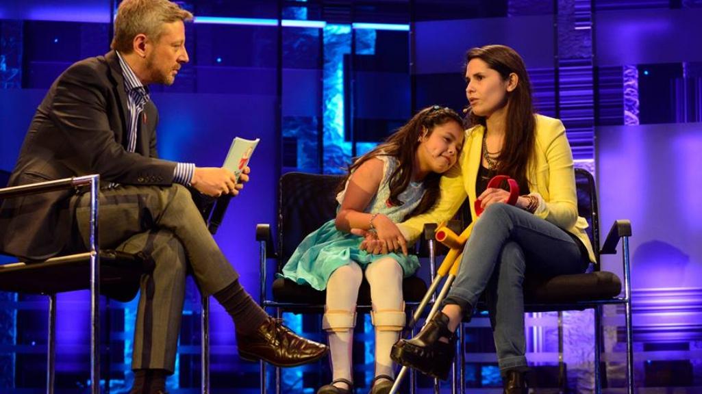 Isidora Guzmán en una entrevista con su madre y Juan Manuel Astorga