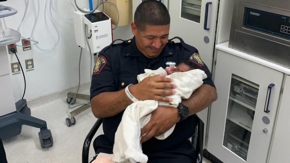 Lanzan a bebé recién nacido desde un segundo piso y lo rescatan al