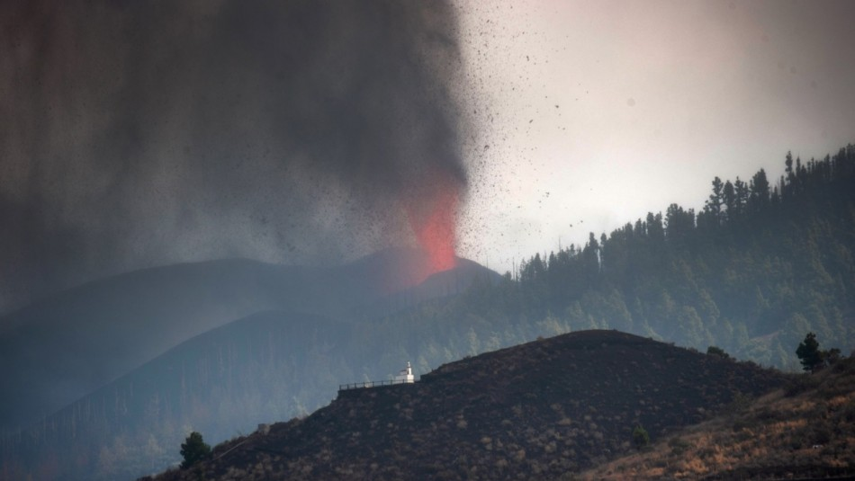 El avance de la lava del volcán en Canarias despierta temor a gases tóxicos