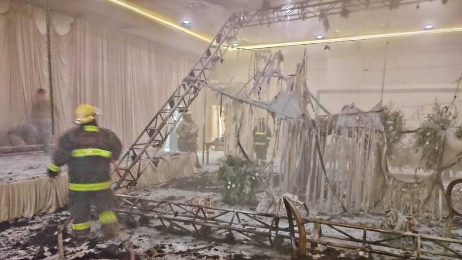 [VIDEO] Boda acaba en feroz incendio tras uso pirotecnia al interior del salón de eventos