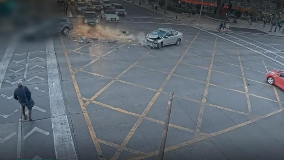Cámara registra fatal atropello tras choque en Las Condes: un vehículo no respetó la luz roja