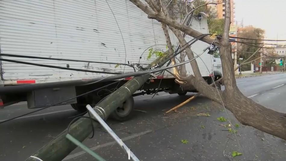 Camión arrasa con postes de luz y genera alta congestión vehicular en Providencia