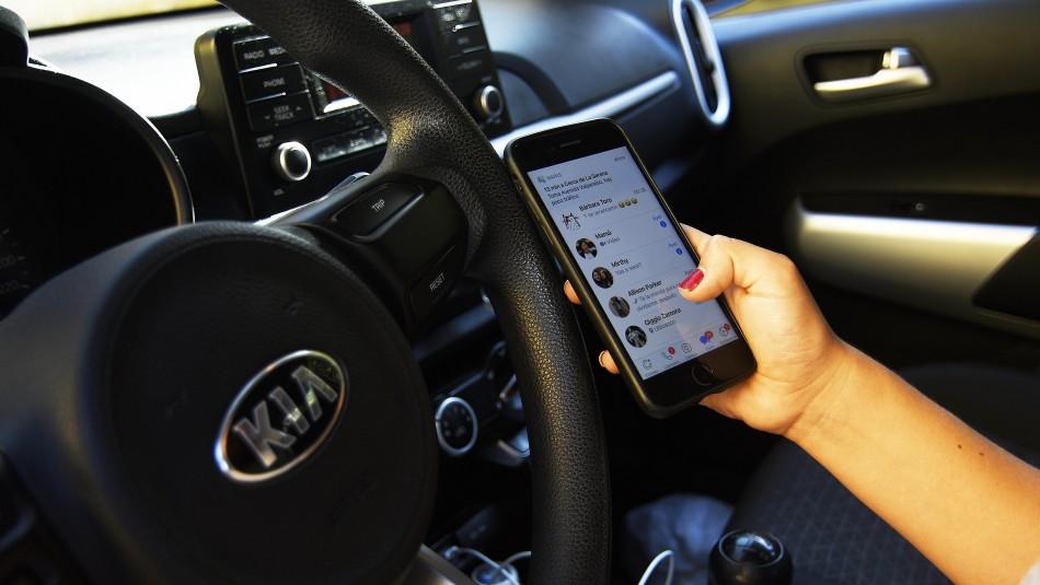 Multas de hasta $160 mil y retiro de licencia: Aprueban ley que castiga a quienes usen celular mientras manejan