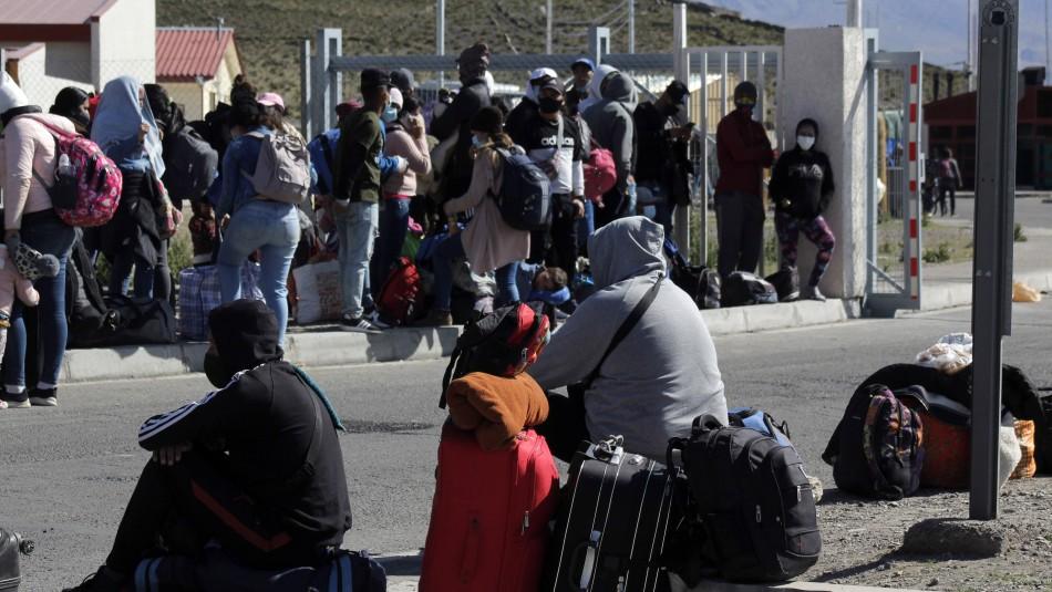 Centenares de extranjeros cruzan de Bolivia a Chile pese a anuncio del Gobierno de retomar expulsiones