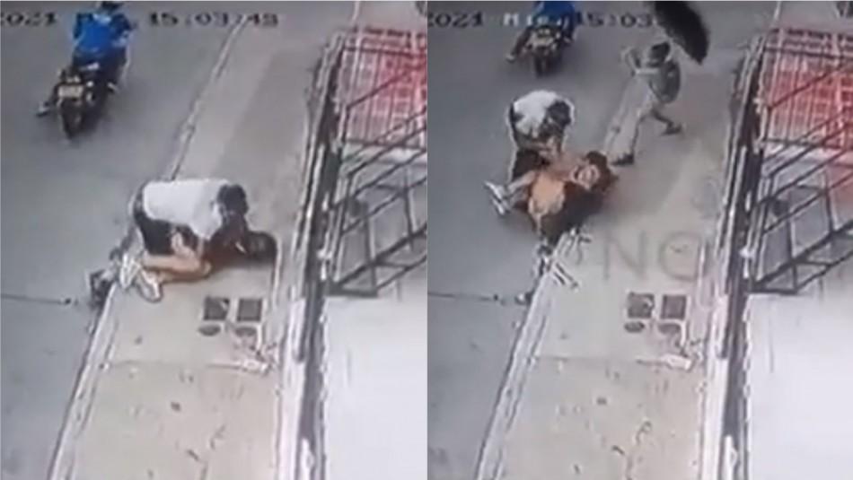Niño defiende con un paraguas a su madre de un violento asalto: