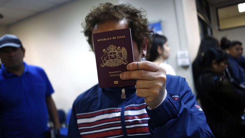Condenan a 3 y 5 años de libertad vigilada a funcionarios del Registro Civil que vendían pasaportes adulterados