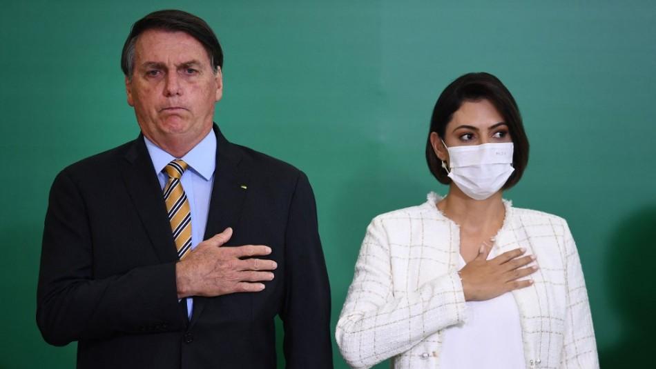 Polémica en Brasil: Critican a la esposa de Bolsonaro por vacunarse contra el coronavirus en EEUU